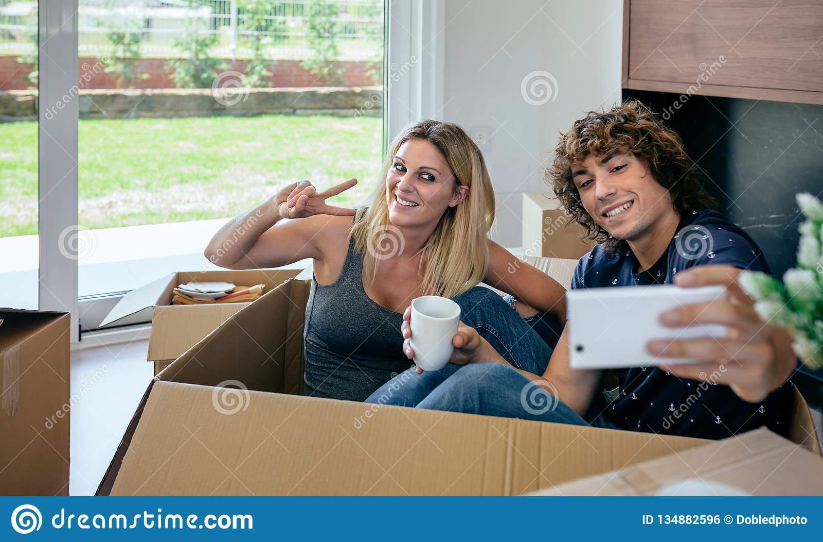 Paare, die das selfie sitzt innerhalb des beweglichen Kastens machen