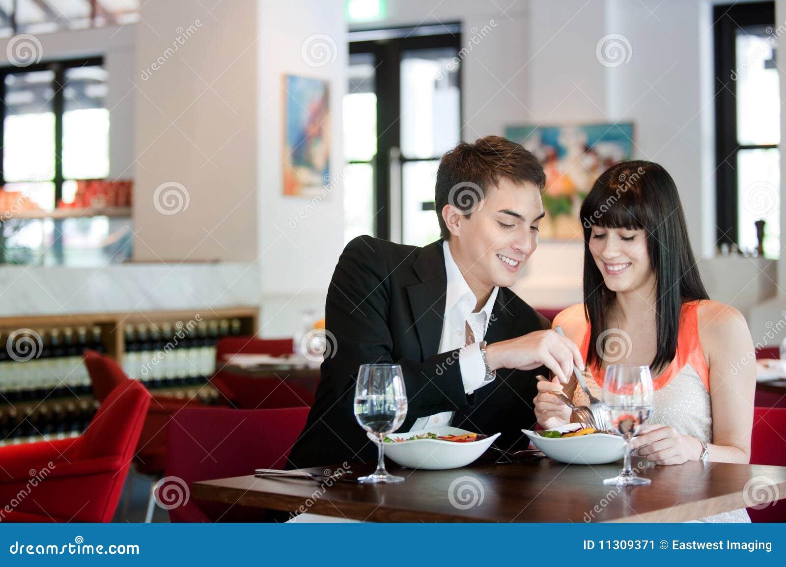 Paare, die in der Gaststätte speisen