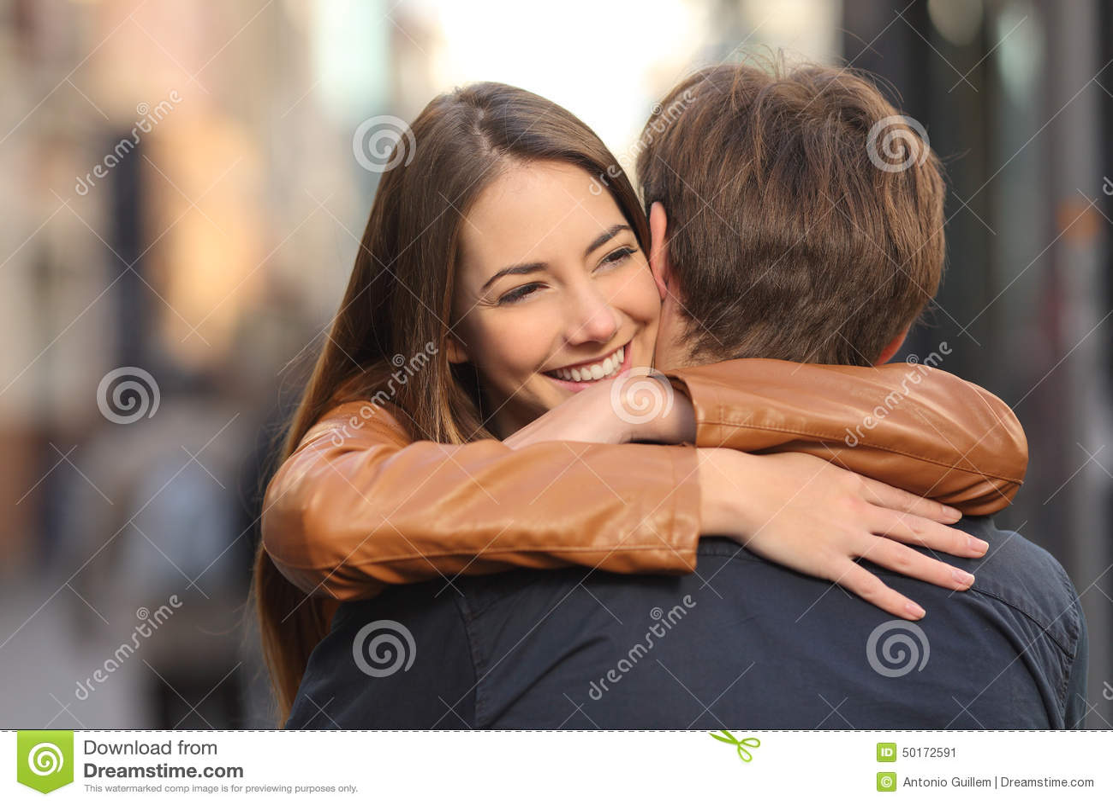 Paare, die in der Straße umarmen