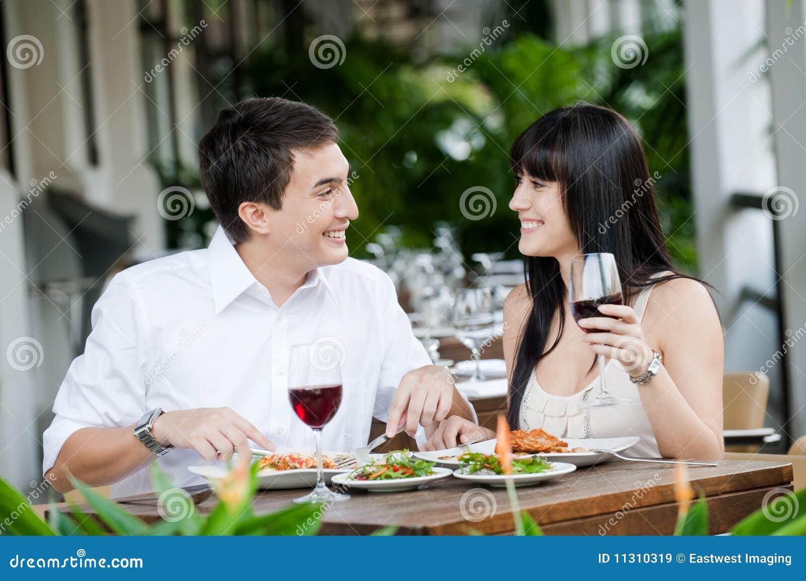 Paare, die draußen essen