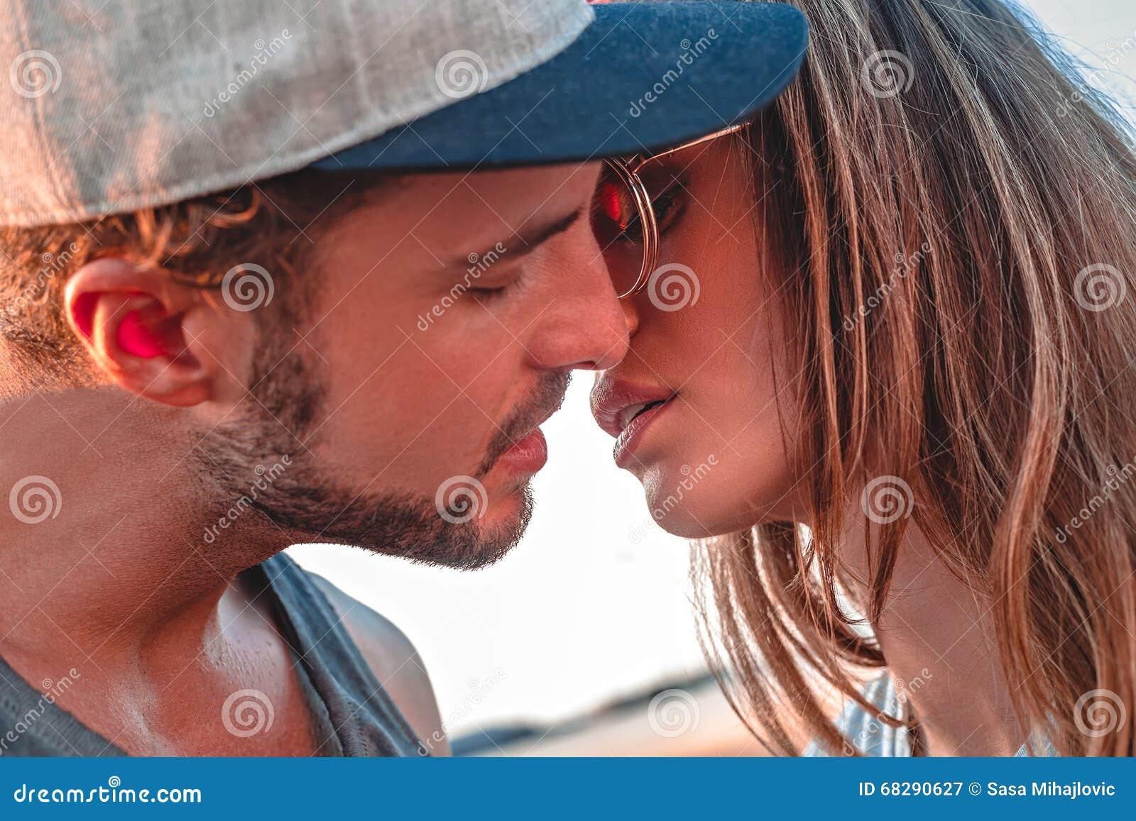 Paare, die draußen küssen