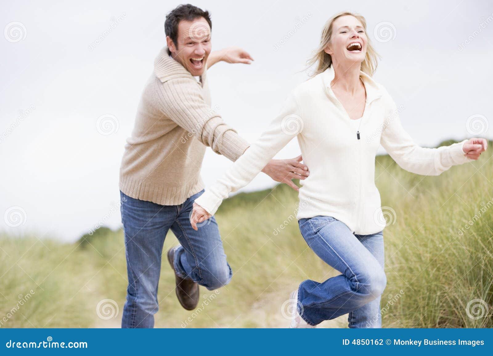 Paare, die durch Dünen sich jagen