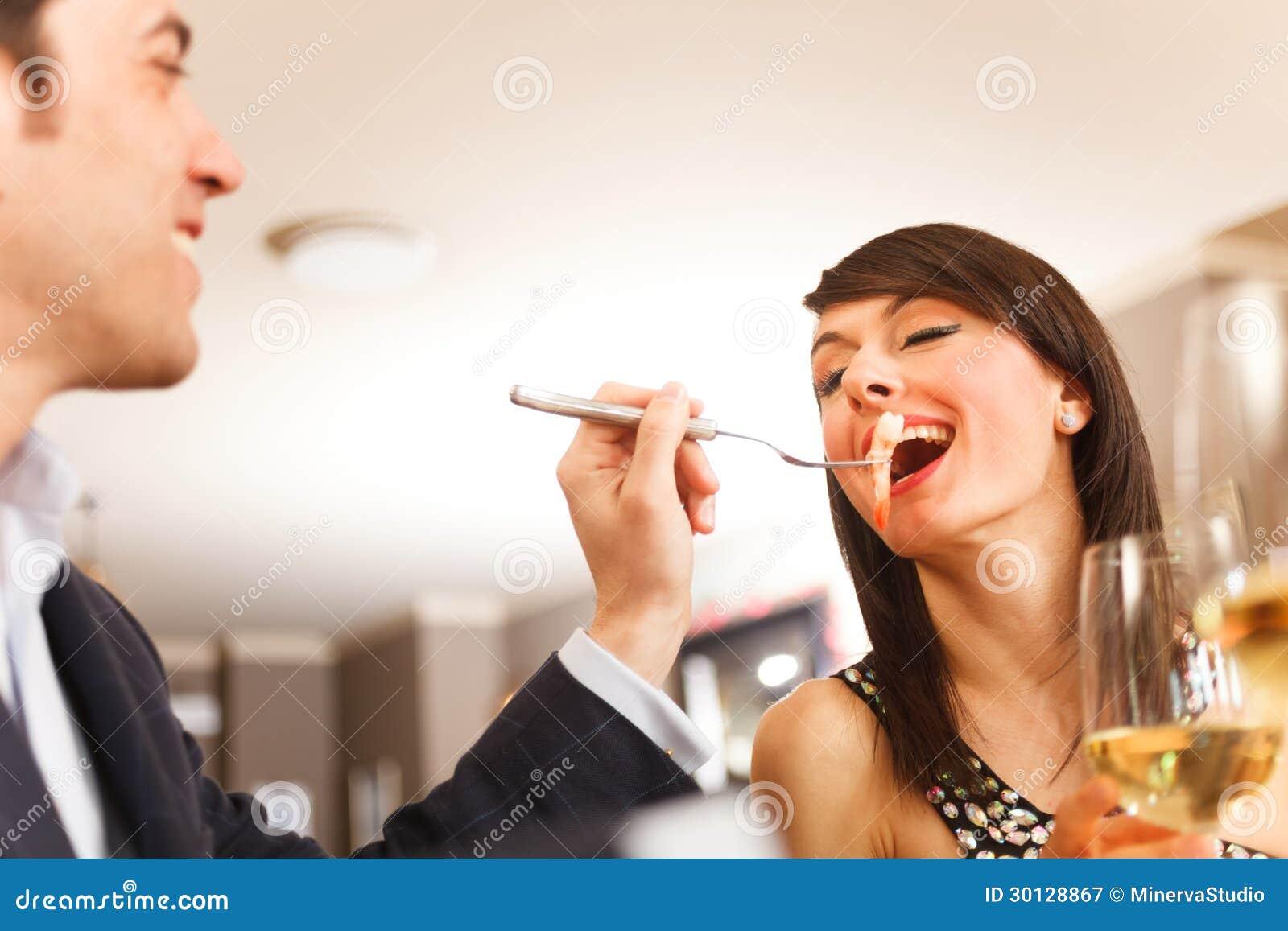Paare, die zu Abend essen