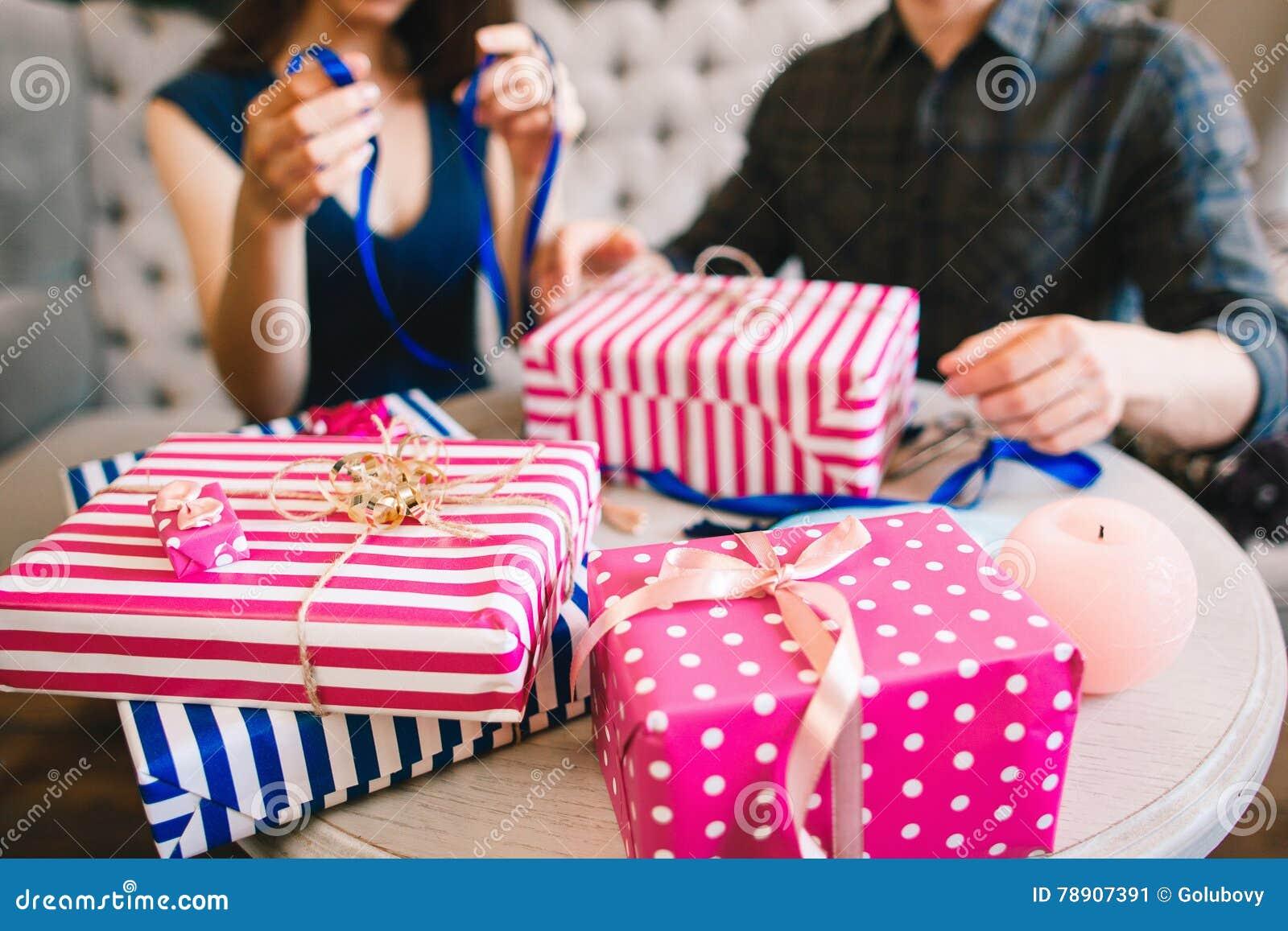 Weihnachtsgeschenke Für Familie.Paare Die Geschenke Für Familie Und Freunde Einwickeln Stockbild