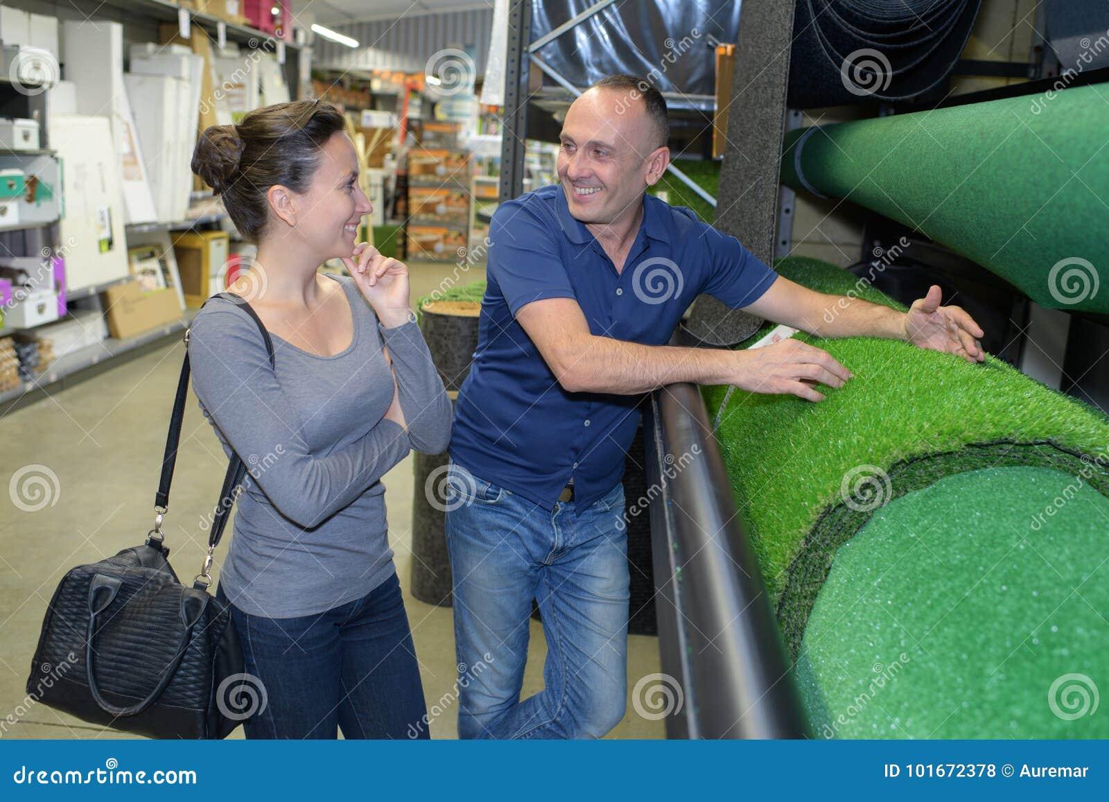 Paare, die Gras im Speicher wählen