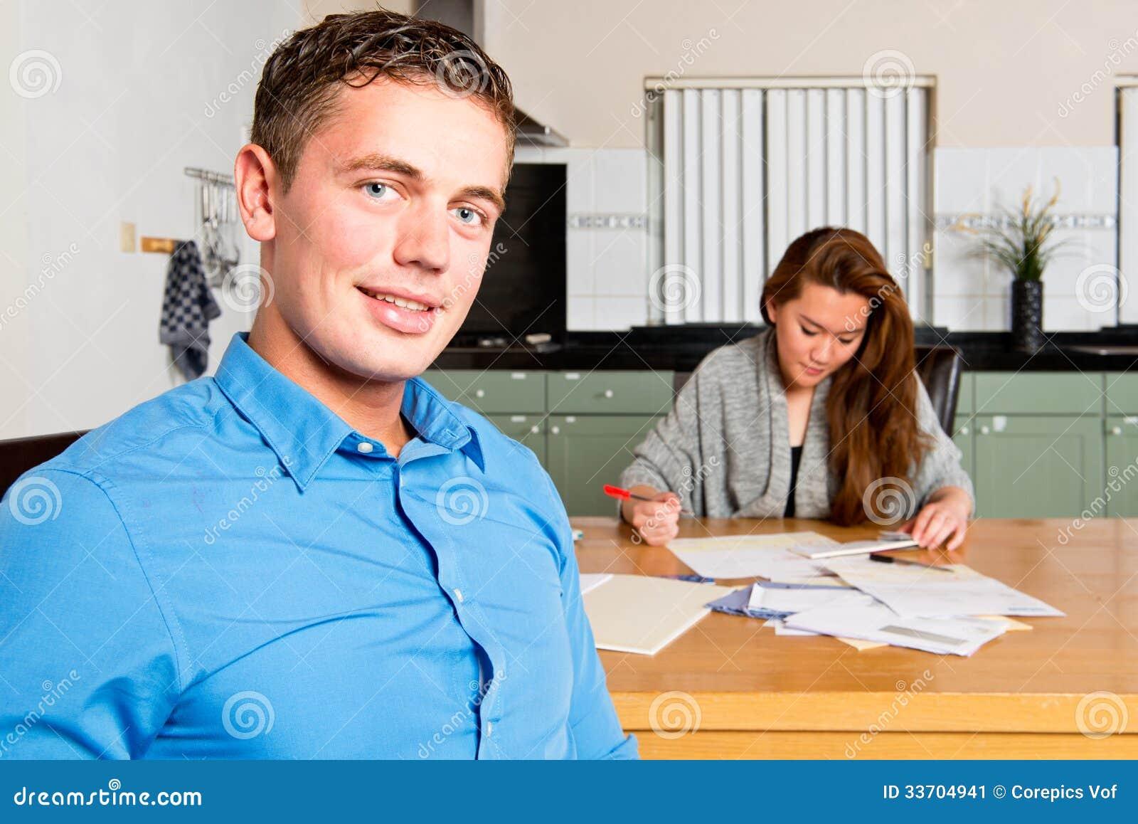 Paare, die ihre persönliche Finanzierung im Auftrag erhalten