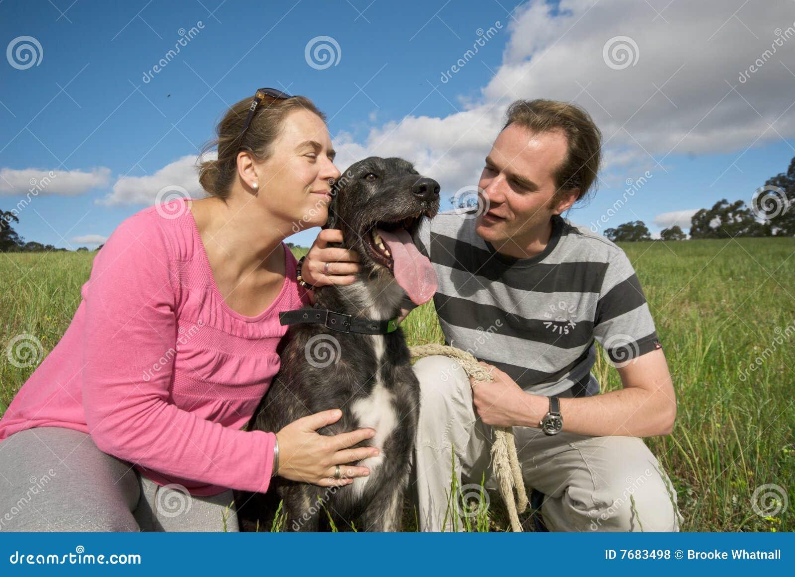 Paare, die ihren Hund streicheln