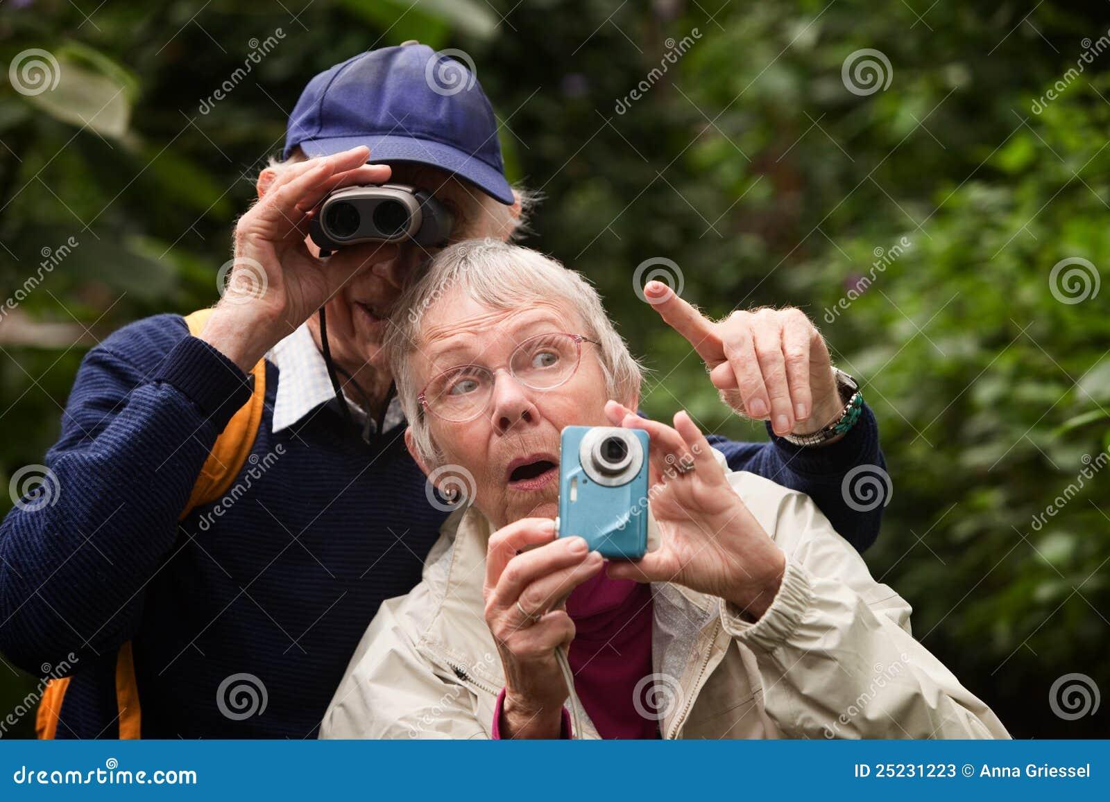 Paare, die im Wald suchen