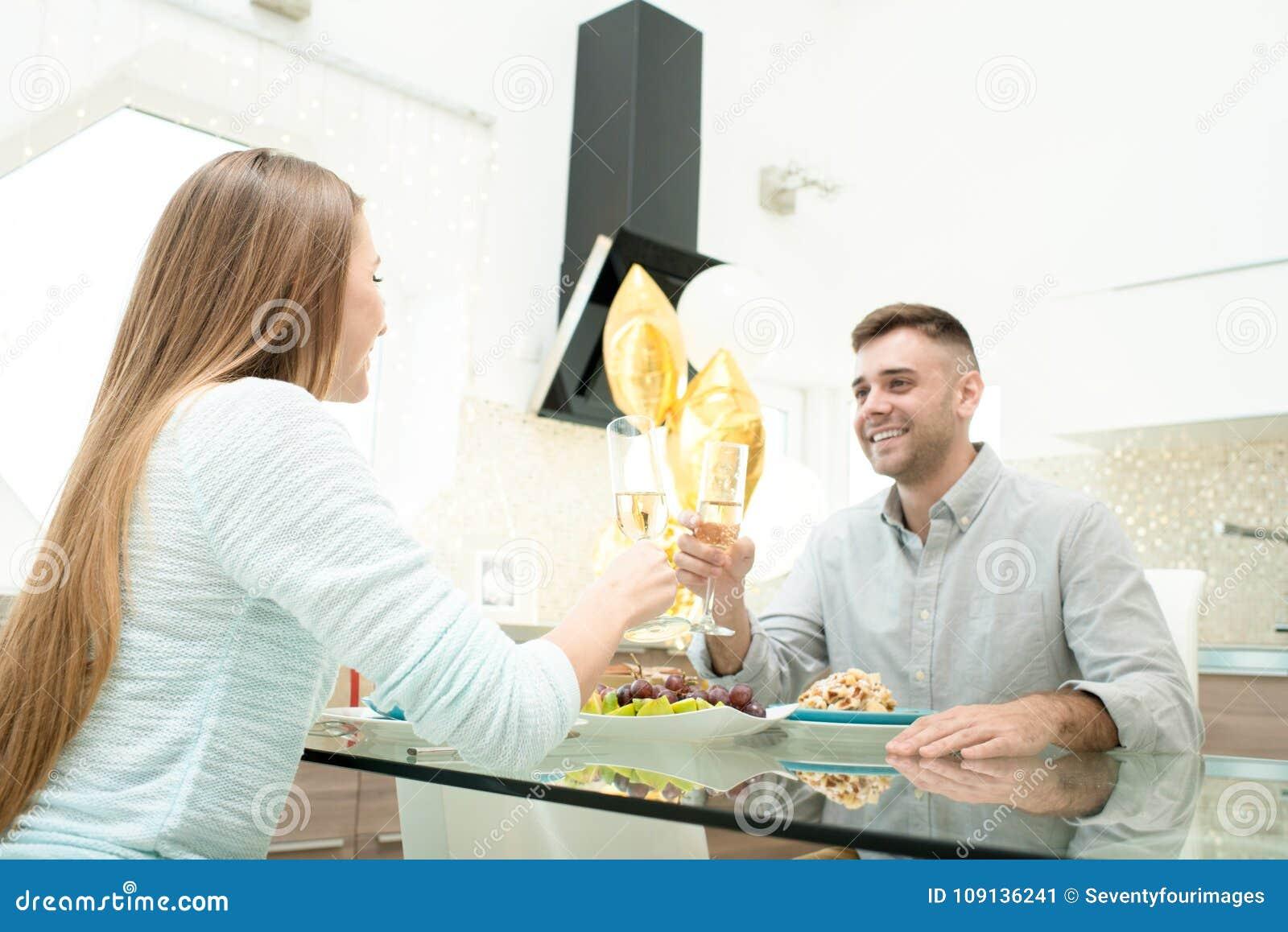 Paare, die Jahrestag feiern