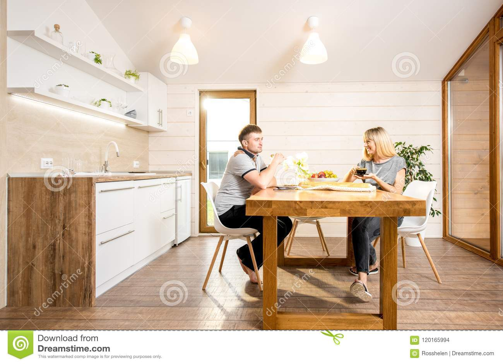 Paare, die am Landhaus frühstücken