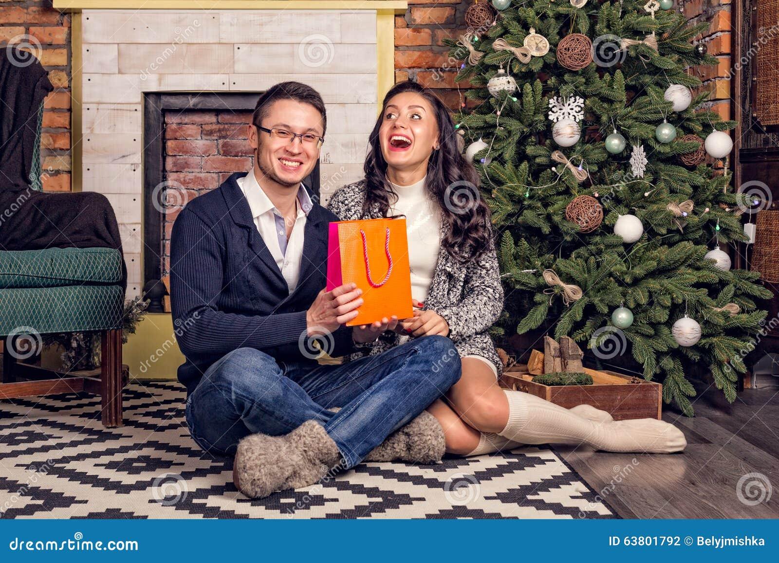 Paare, Die Mit Überraschung Weihnachtsgeschenk Lachen Stockfoto ...