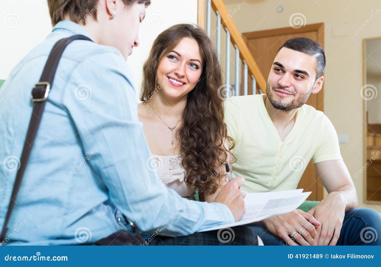 Paare, die mit Versicherungsagenten sprechen