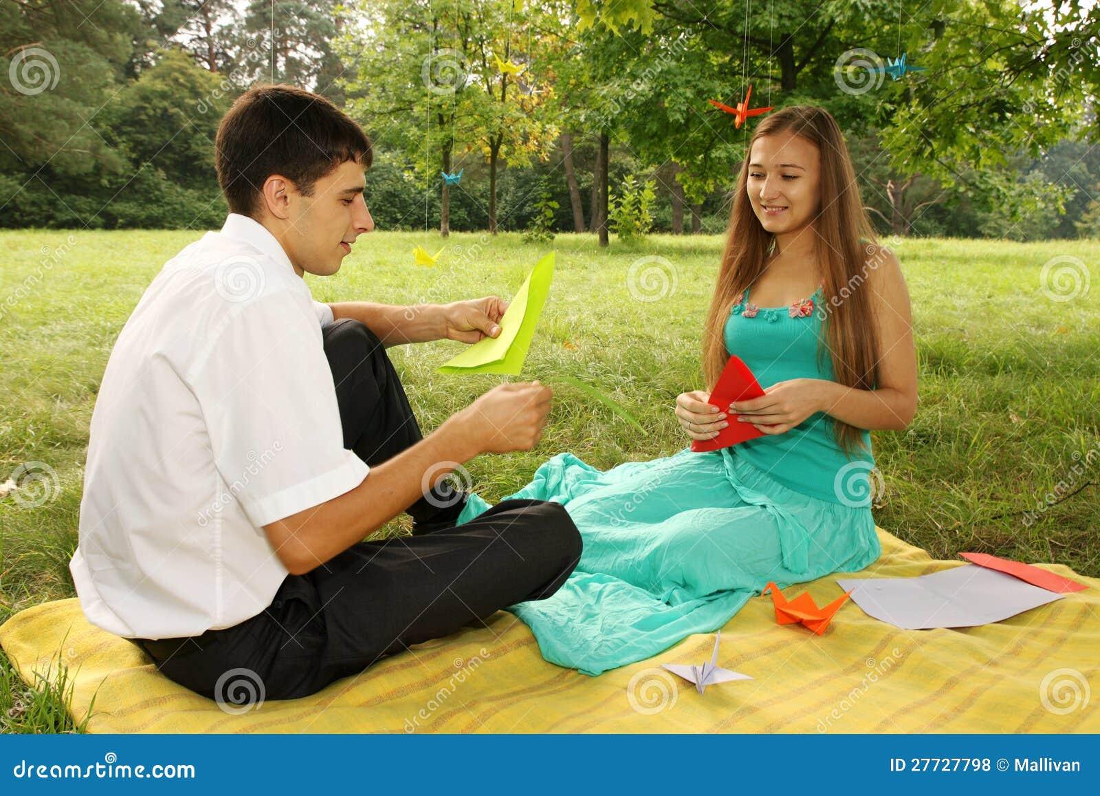 Paare, die origami machen