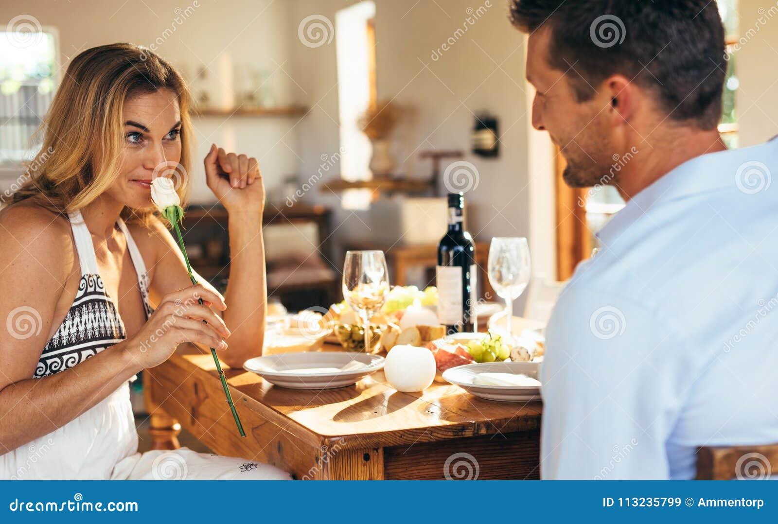 Paare, Die Romantisches Zu Abend Essen Stockbild - Bild