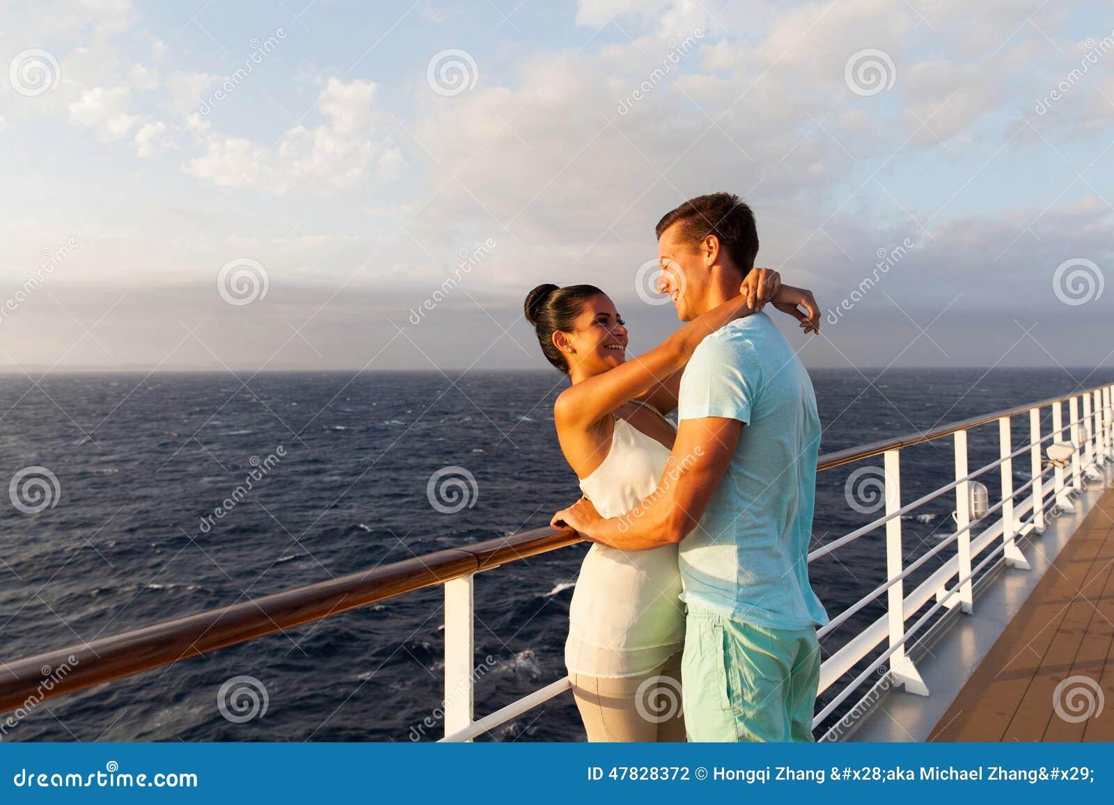 Paare, die sich umarmen