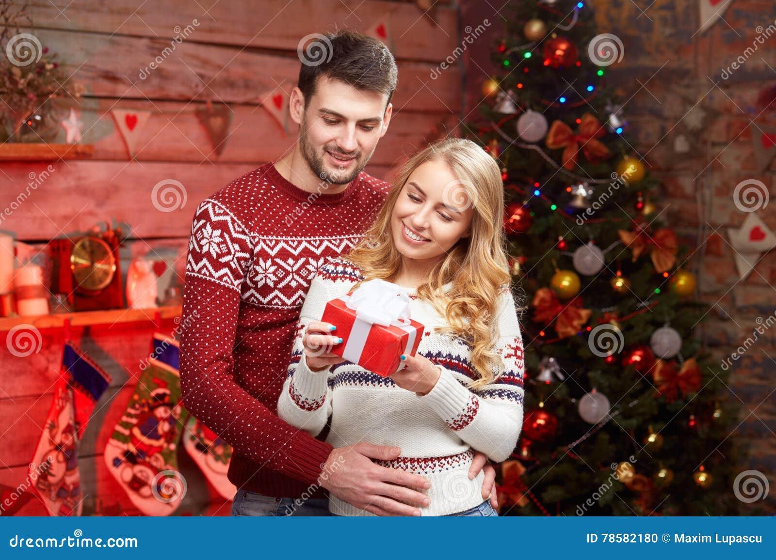 Paare, Die Weihnachtsgeschenk Teilen Stockfoto - Bild von ...