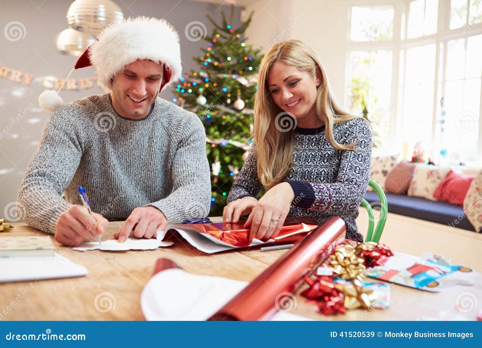 Paare, Die Zu Hause Weihnachtsgeschenke Einwickeln Stockbild - Bild ...