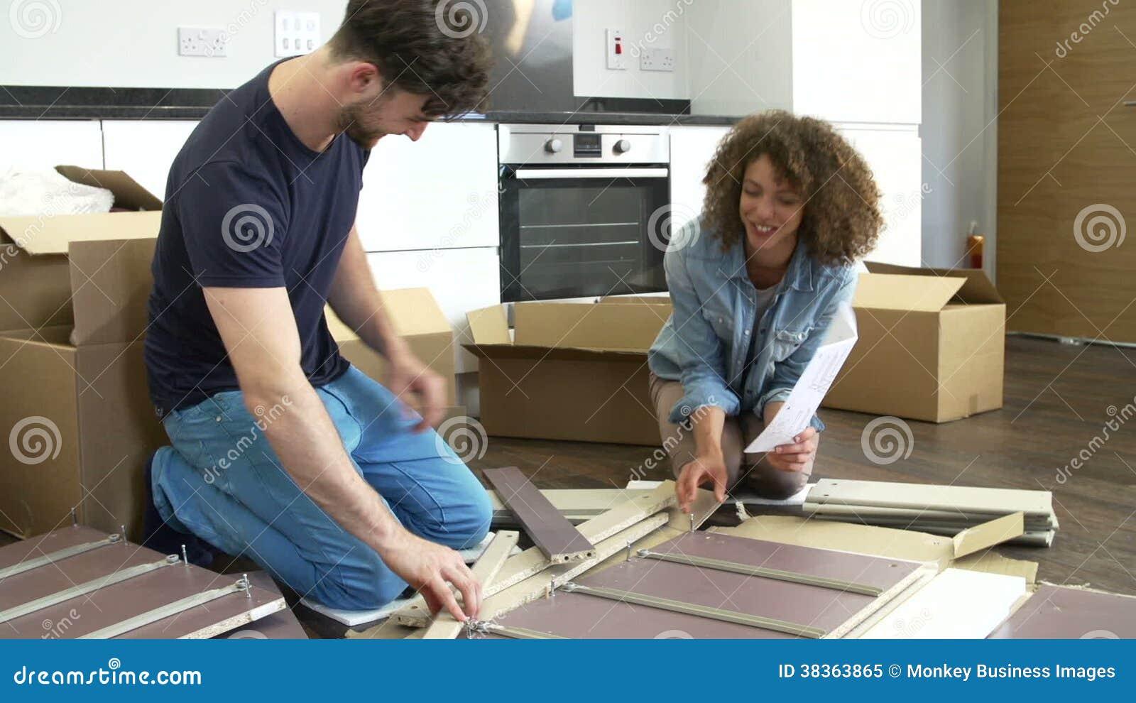 Paare, Die Zusammen Selbstbau Möbel In Neues Haus Einsetzen Stock Footage    Video Von Person, Real: 38363865