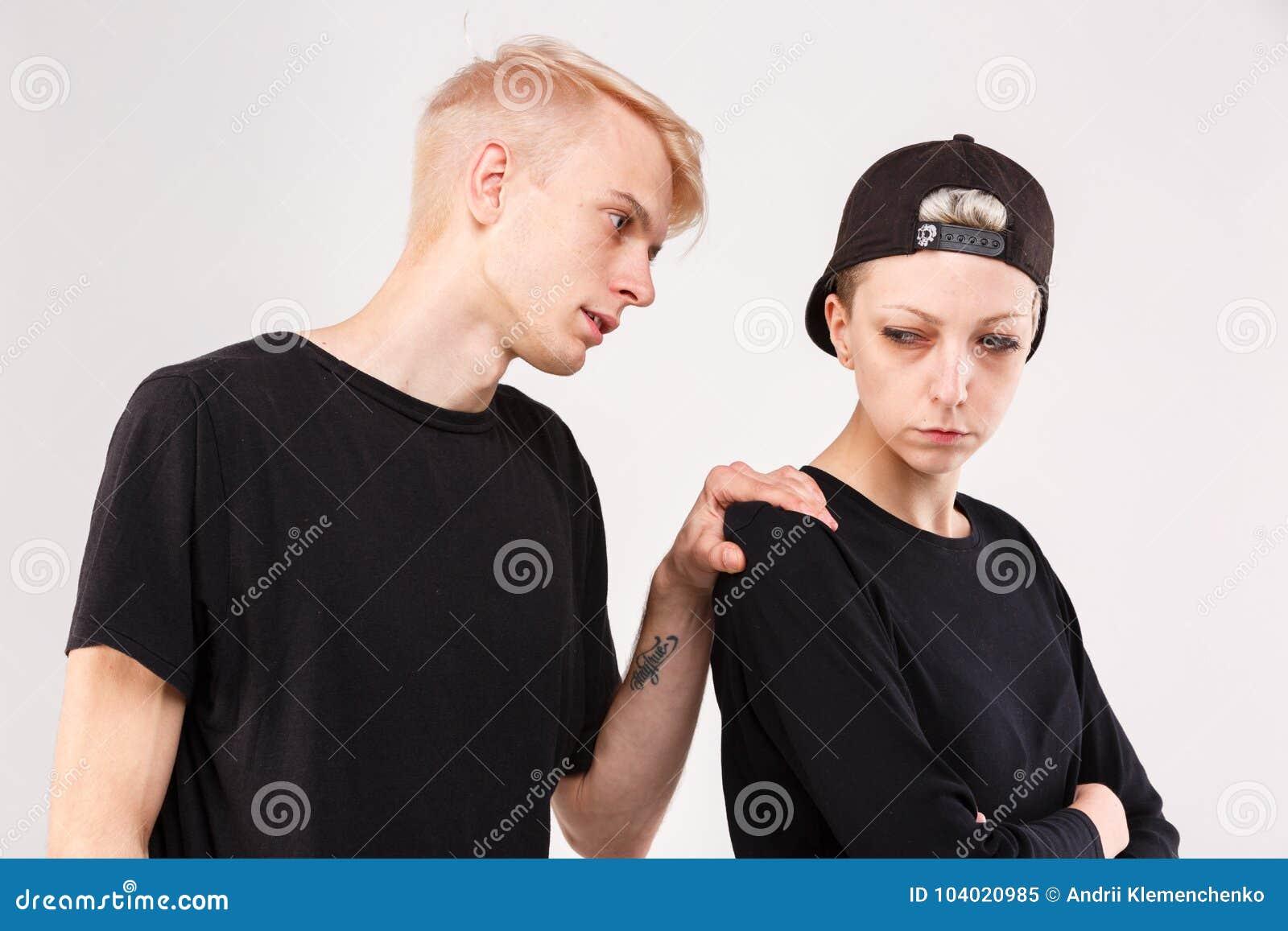 Paare in einem Streit Der Kerl bittet um Verzeihen vom Mädchen lokalisierung