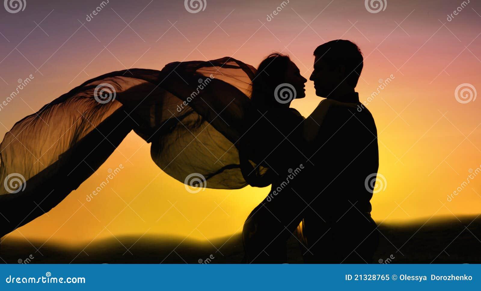 Paare im Liebestanzen am Sonnenuntergang