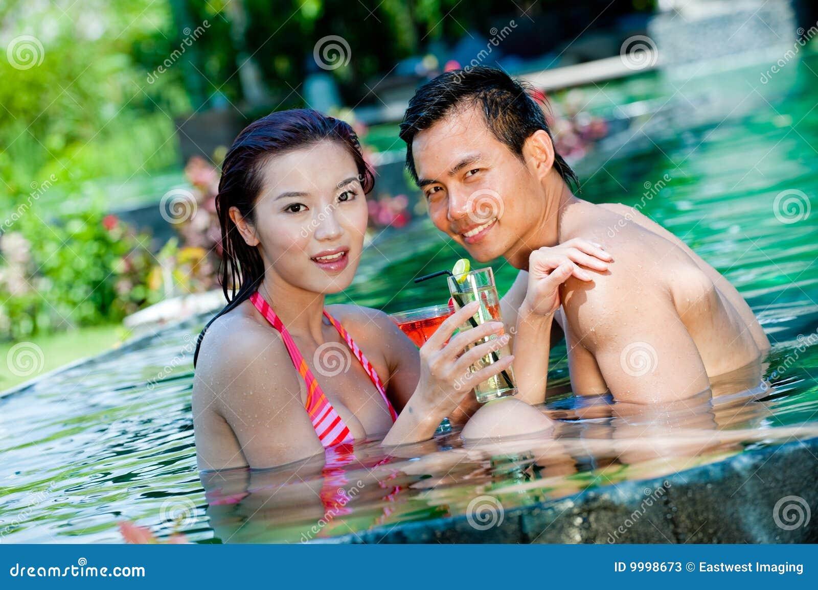 Paare im Pool