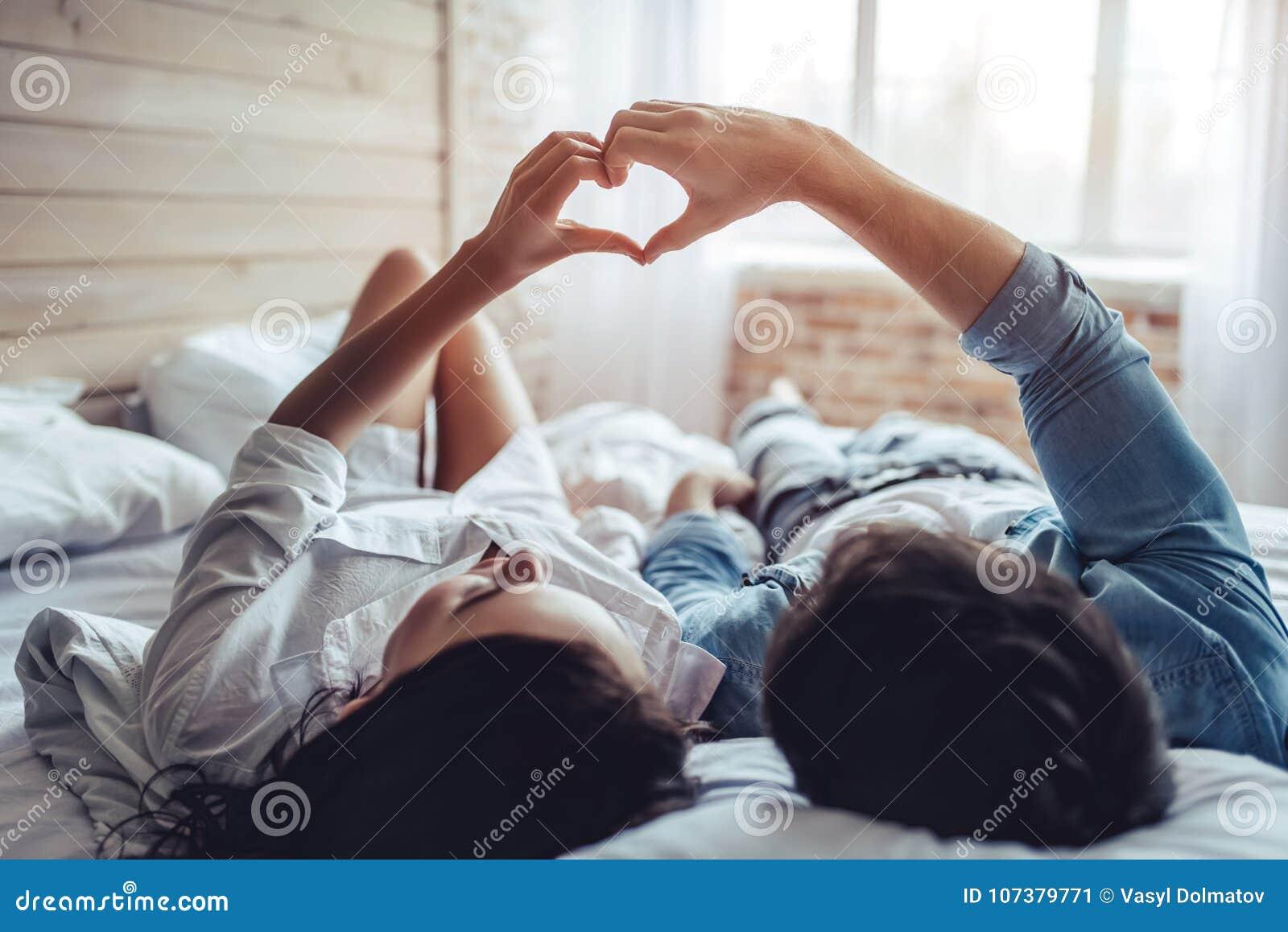 Paare im Schlafzimmer