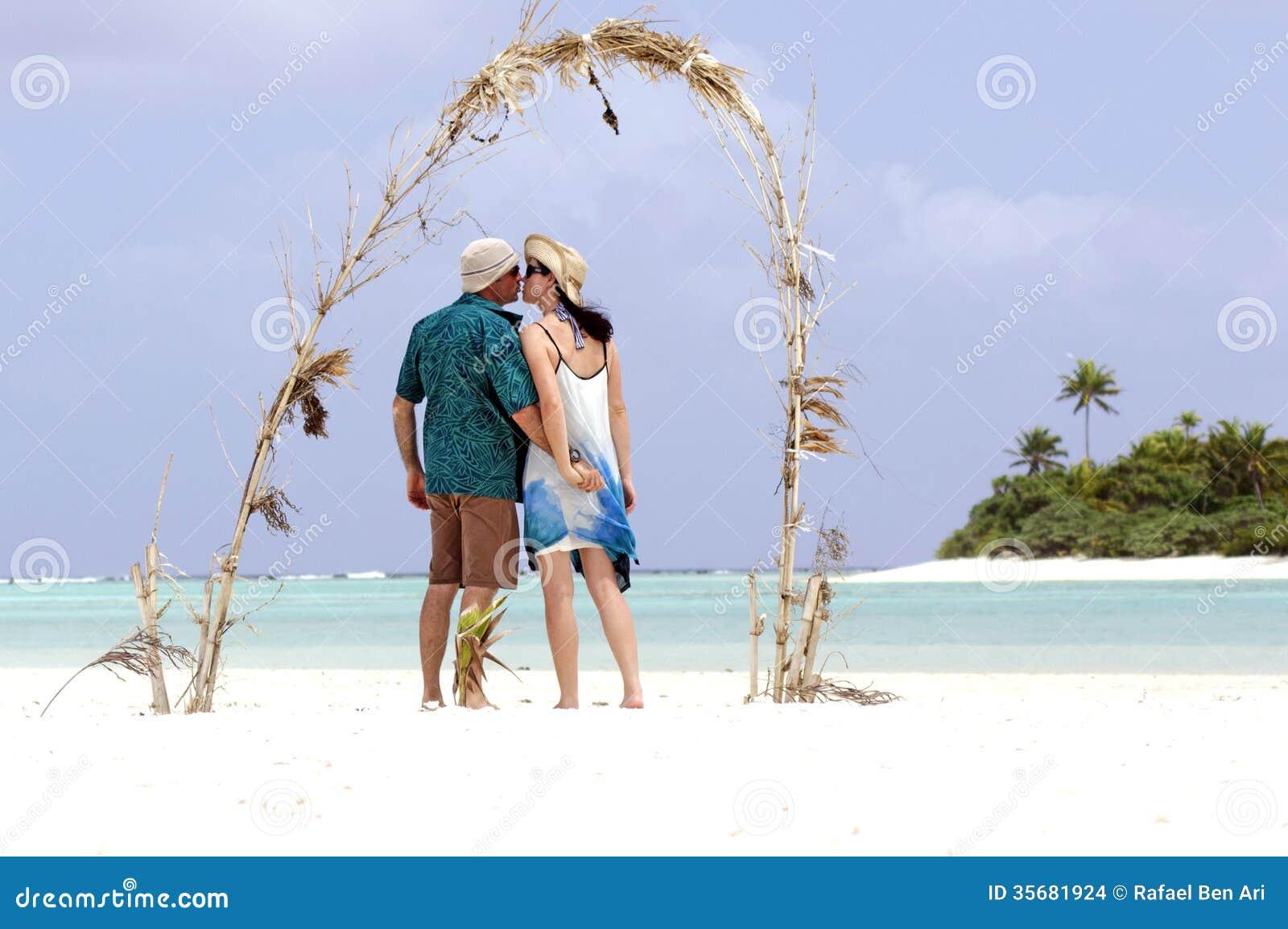 Paare küssen auf flitterwochen insel im aitutaki lagunen koch islands