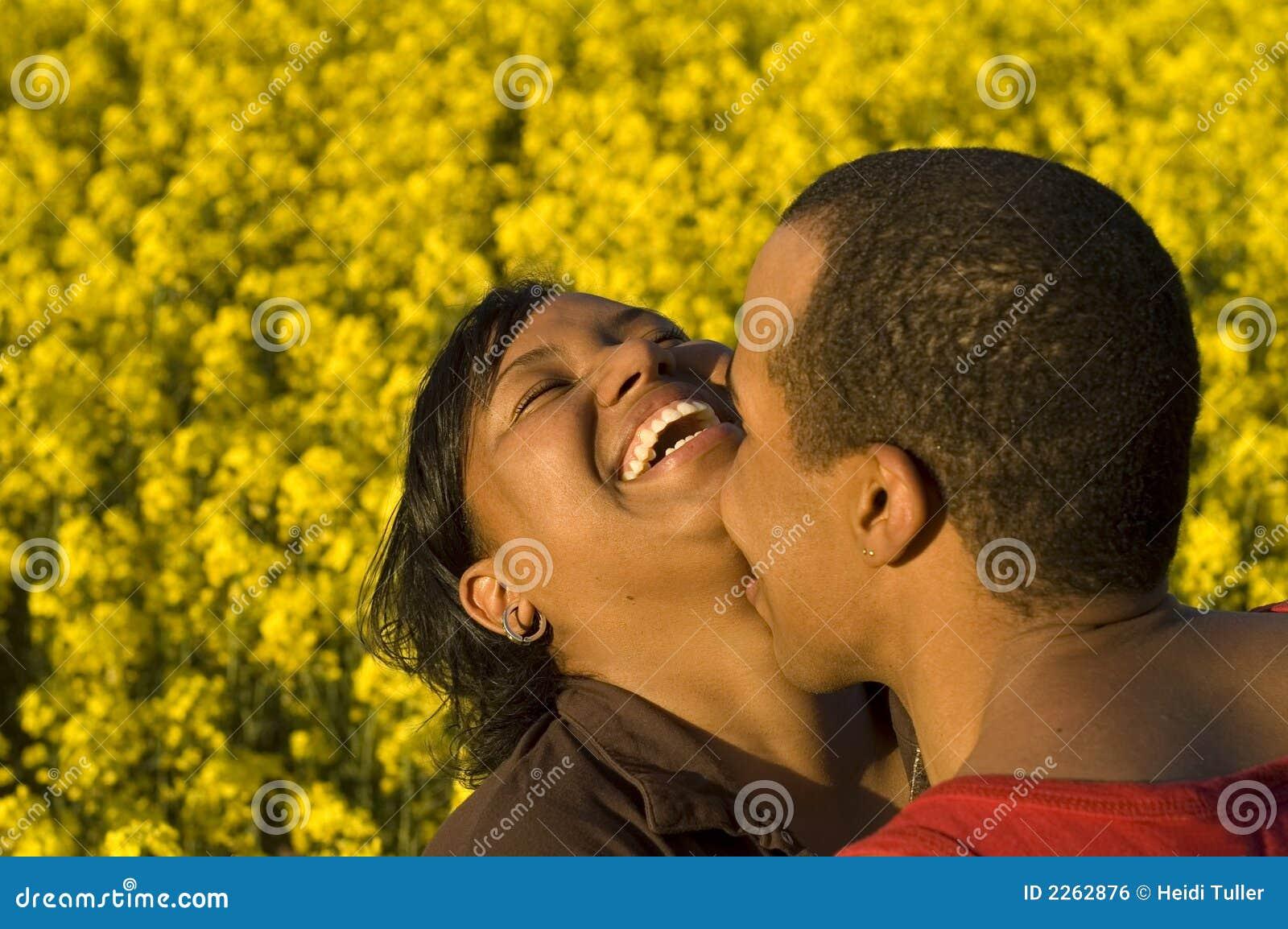 Paare lachen und küssend