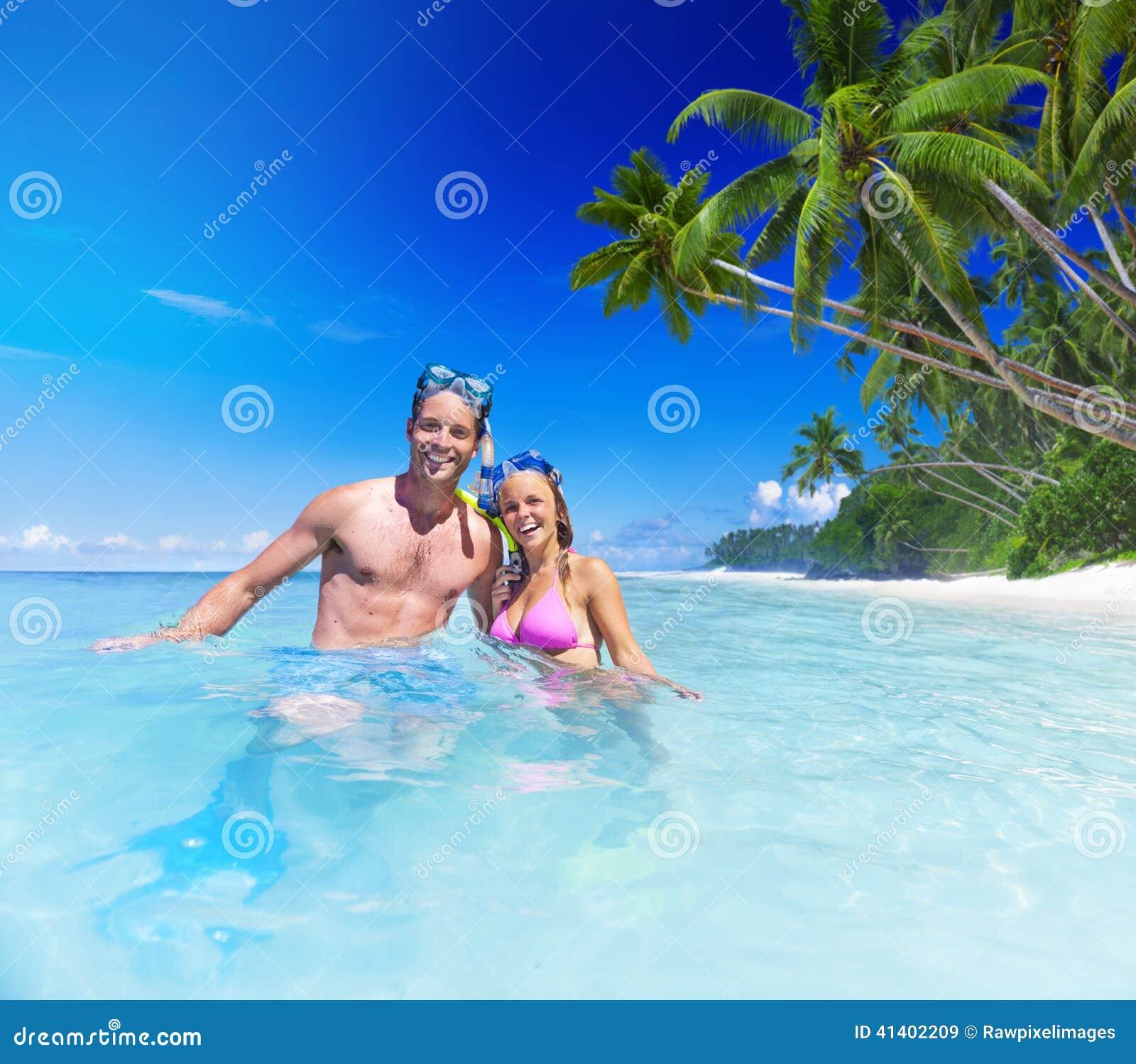 Paare mit Tauchausrüstung im Paradies
