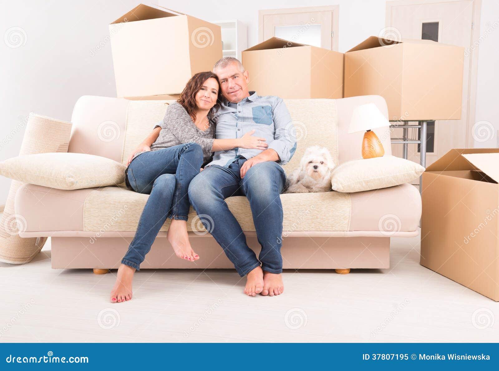 Paare am neuen Haus