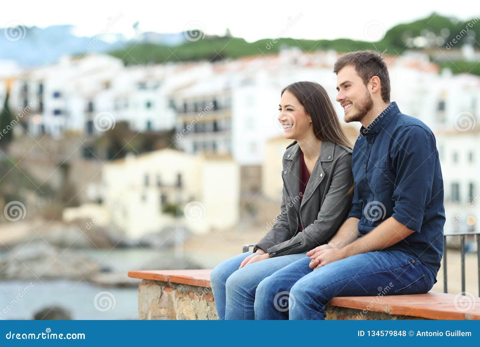 Paare oder Freunde, die im Urlaub in einer Küstenstadt weg schauen
