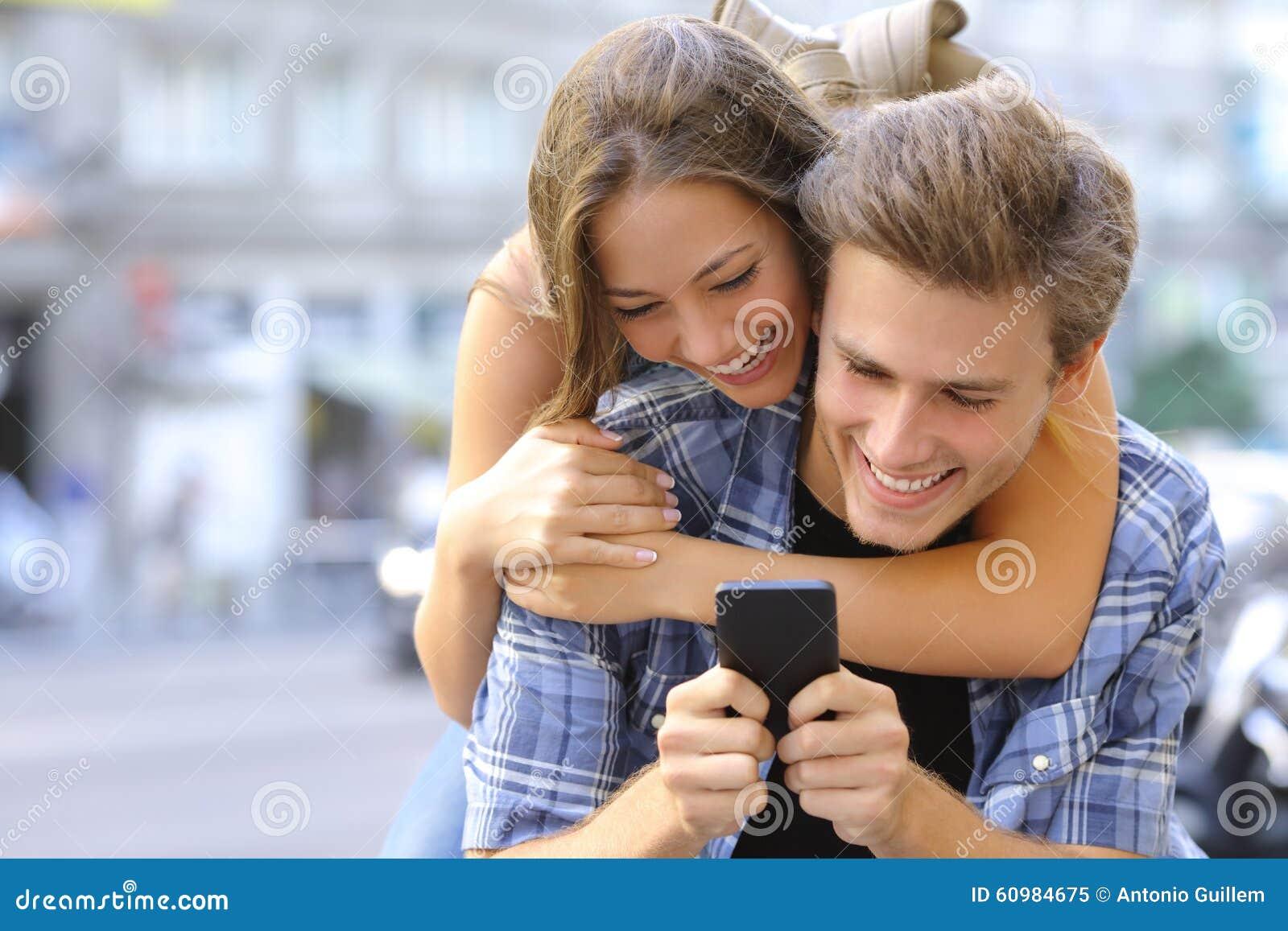 Paare oder Freunde lustig mit einem intelligenten Telefon