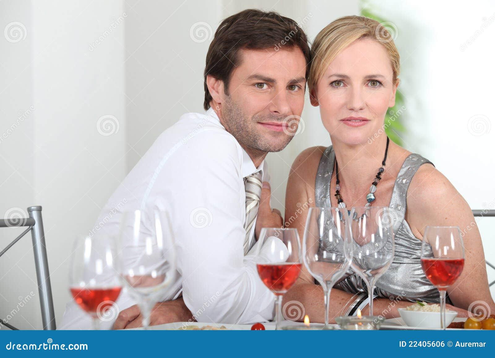 Paare sassen am Tisch