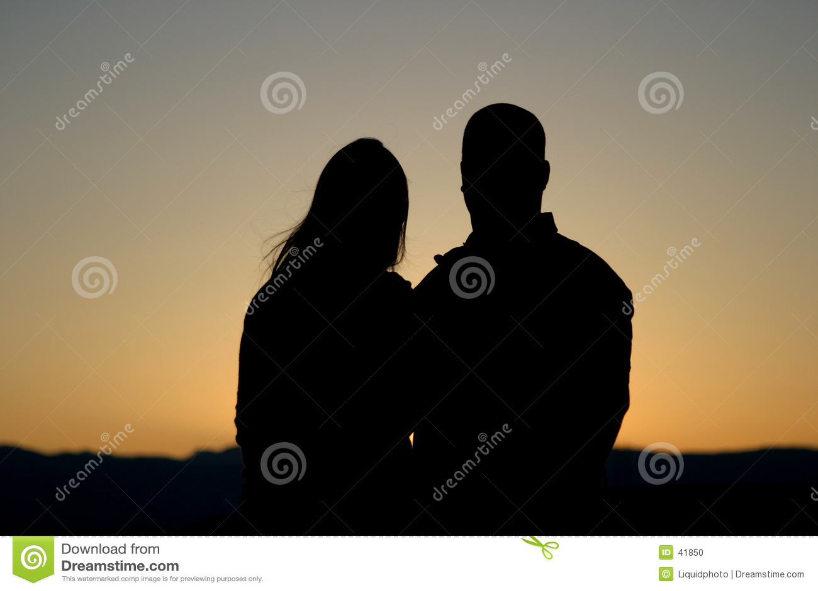 Paare silhouettieren am Sonnenuntergang