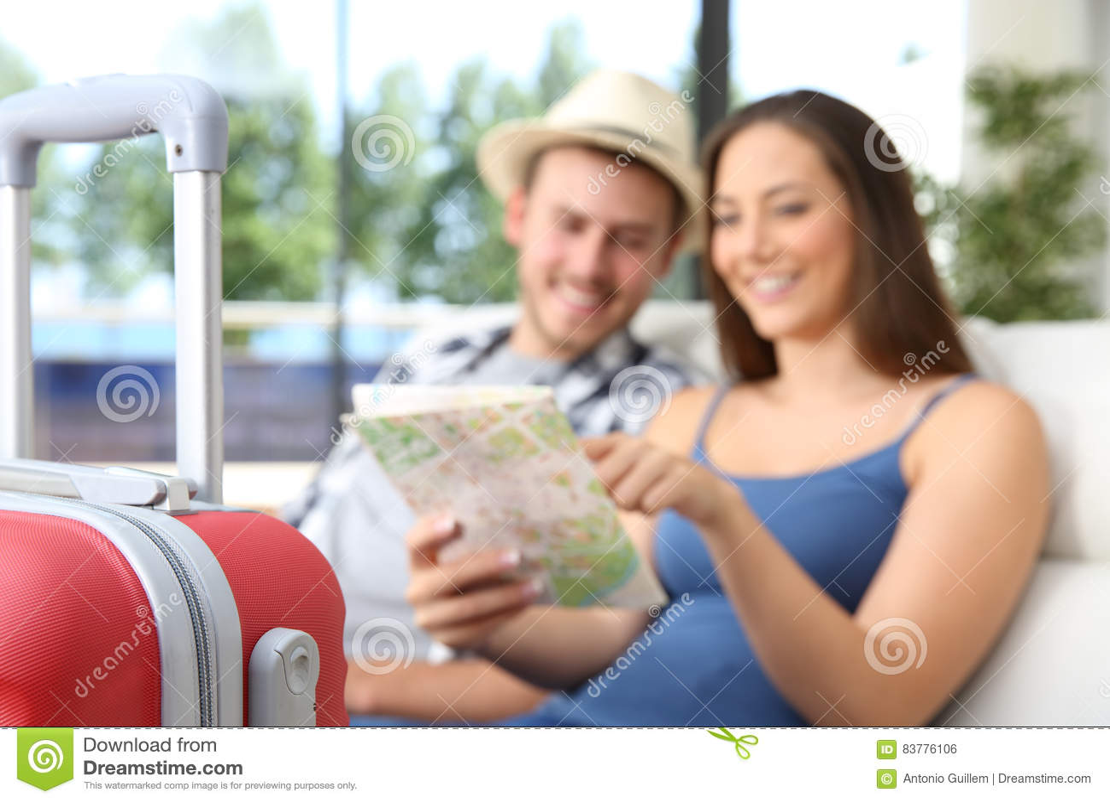 Paare von den Touristen, die Standort in einer Karte suchen