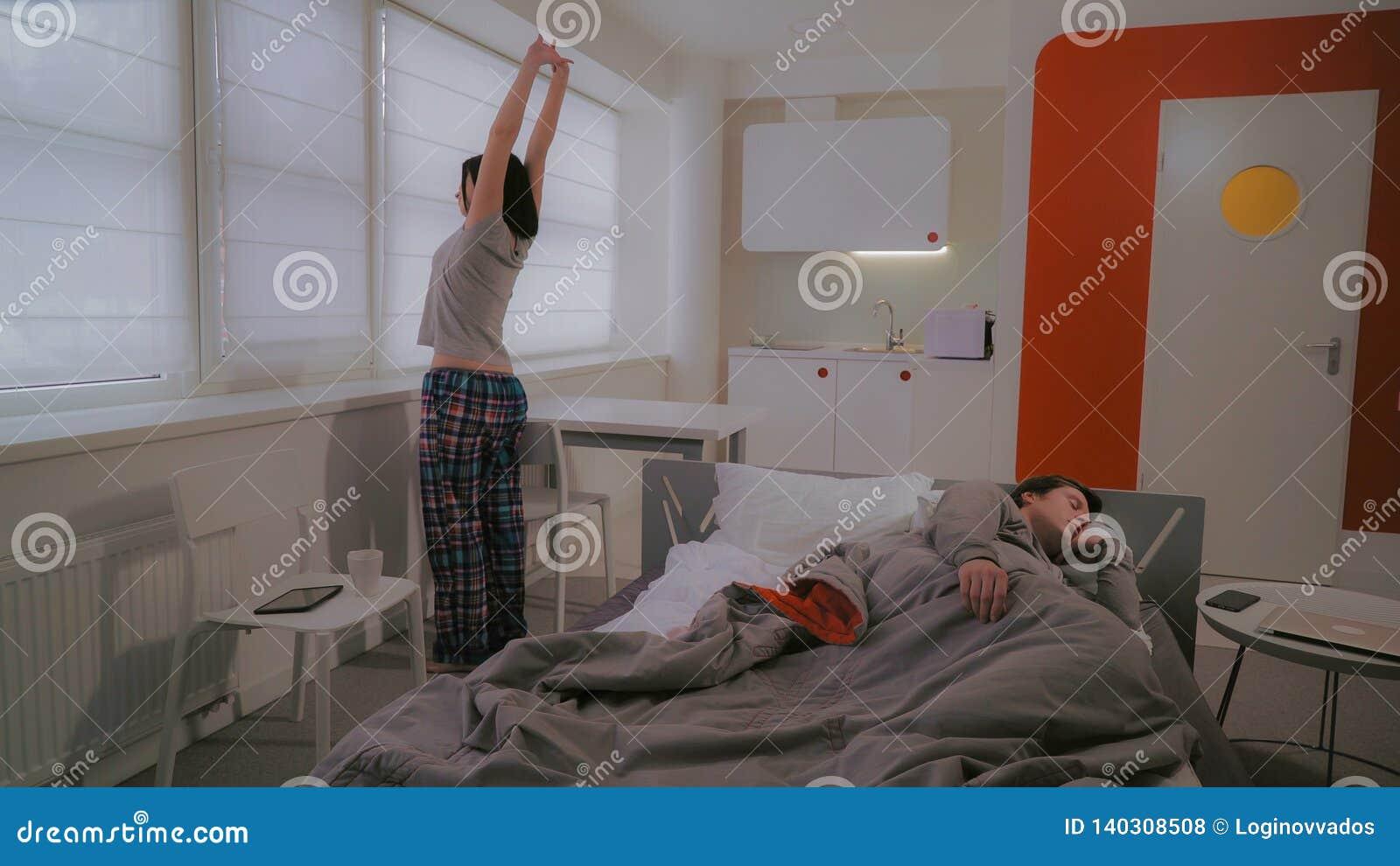Paare wachen in der Ebene auf