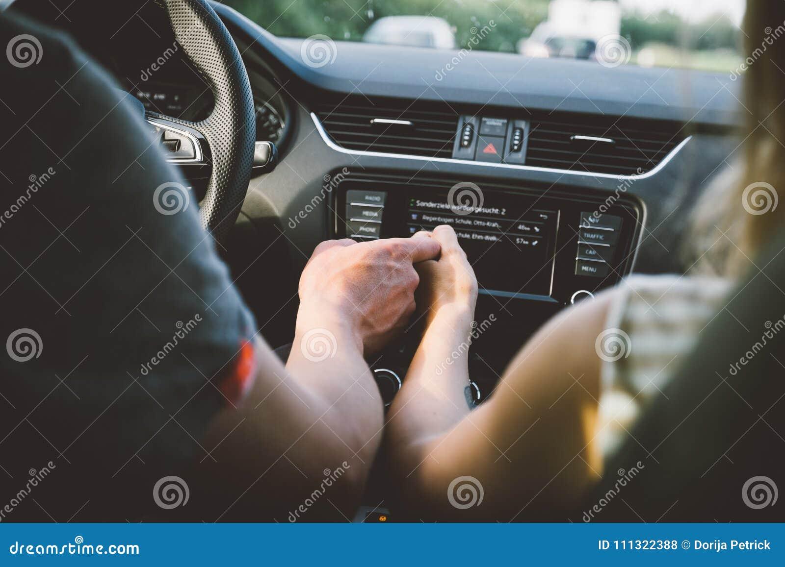 Paarhandchenhalten Im Auto Stockfoto Bild Von Transport 111322388