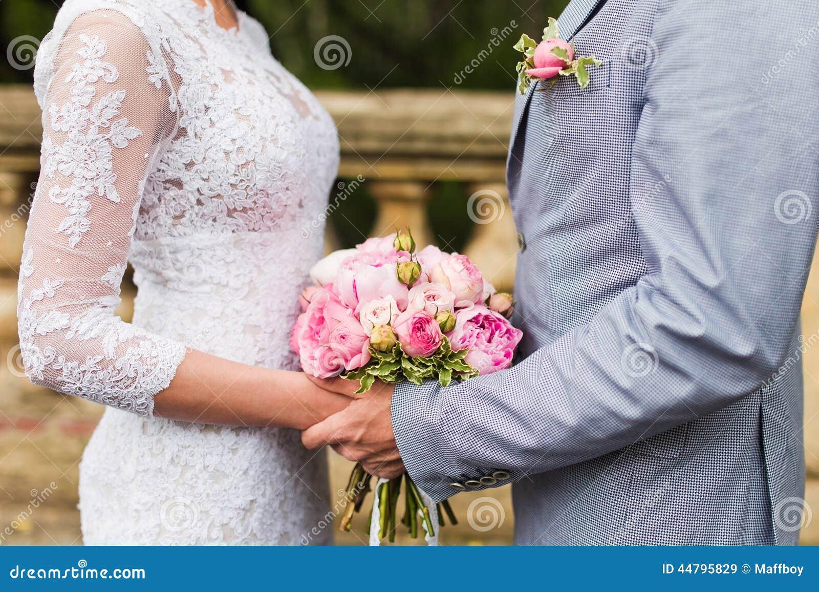 Paarhände auf Hochzeit