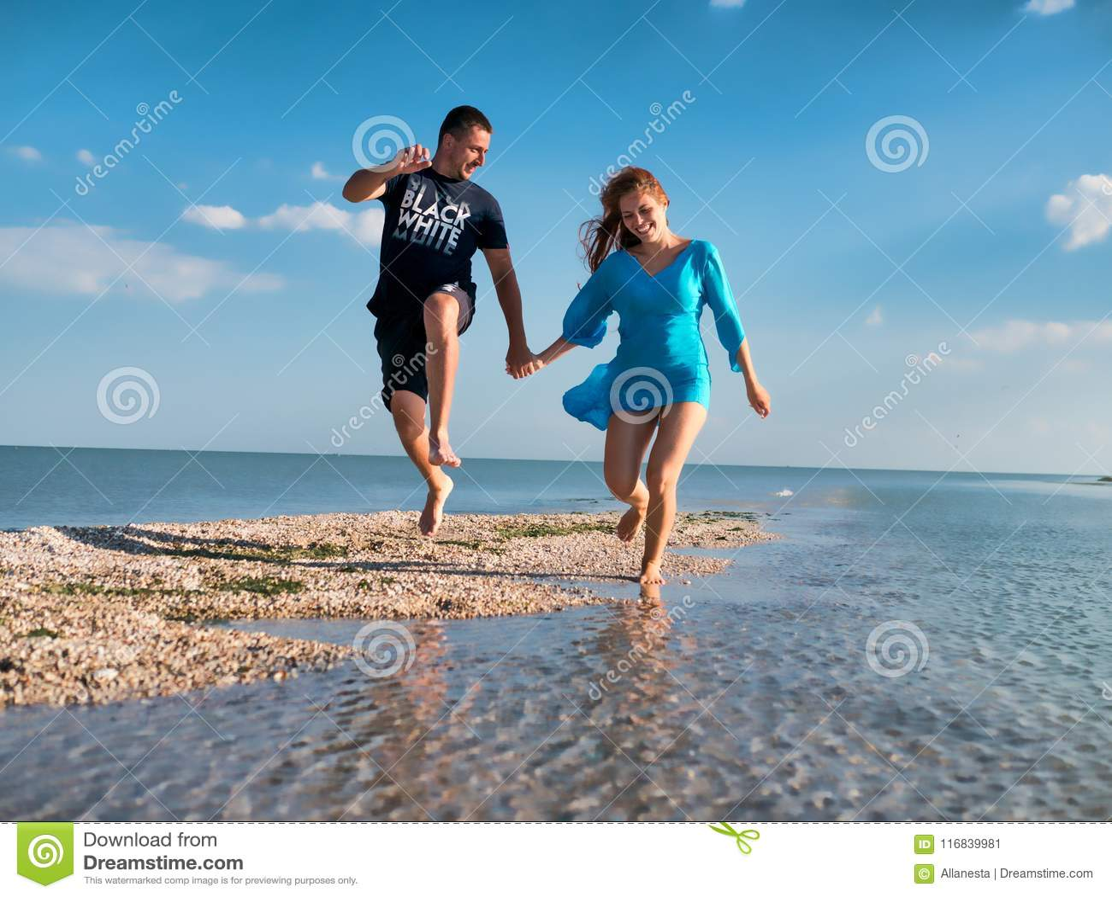 Paarpret op strand Romantische Mensen in Liefde die op Zand bij Luxe Overzeese Toevlucht lopen Knappe Gelukkige Man, Mooie Glimla