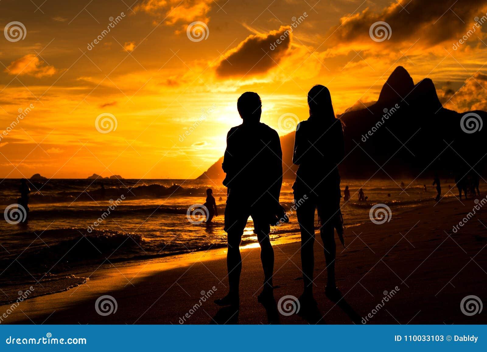 Paarsilhouet door Zonsondergang in het Strand