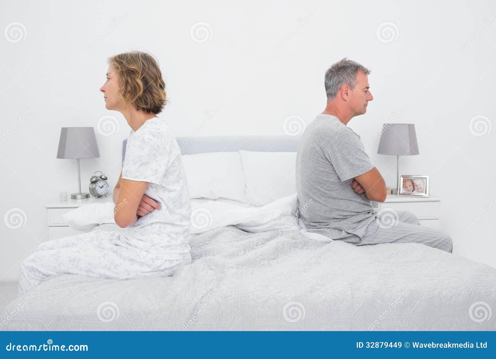 Paarzitting aan verschillende kanten van bed die na dispu spreken niet