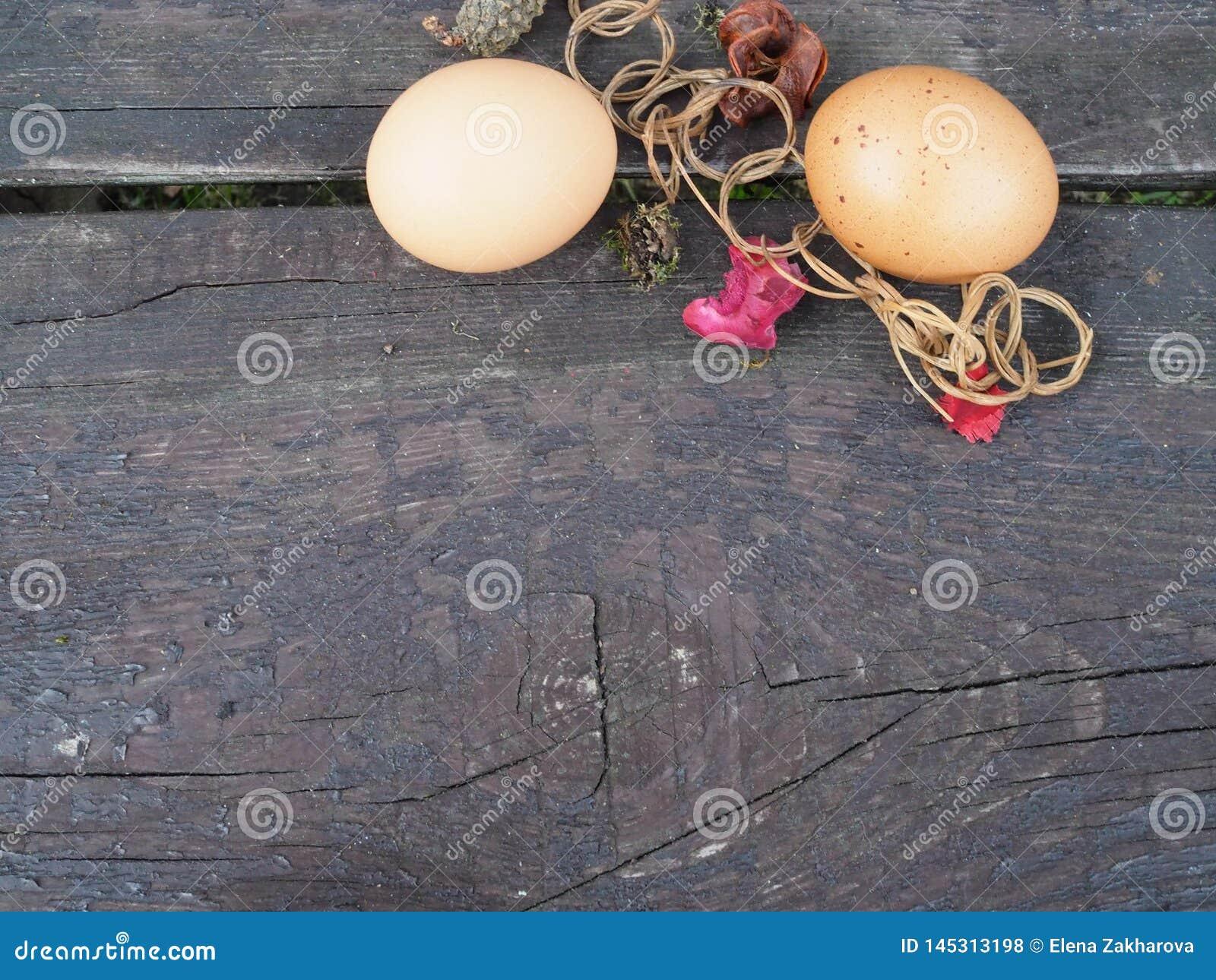 Paaseieren in een mand met decoratie op de lijst