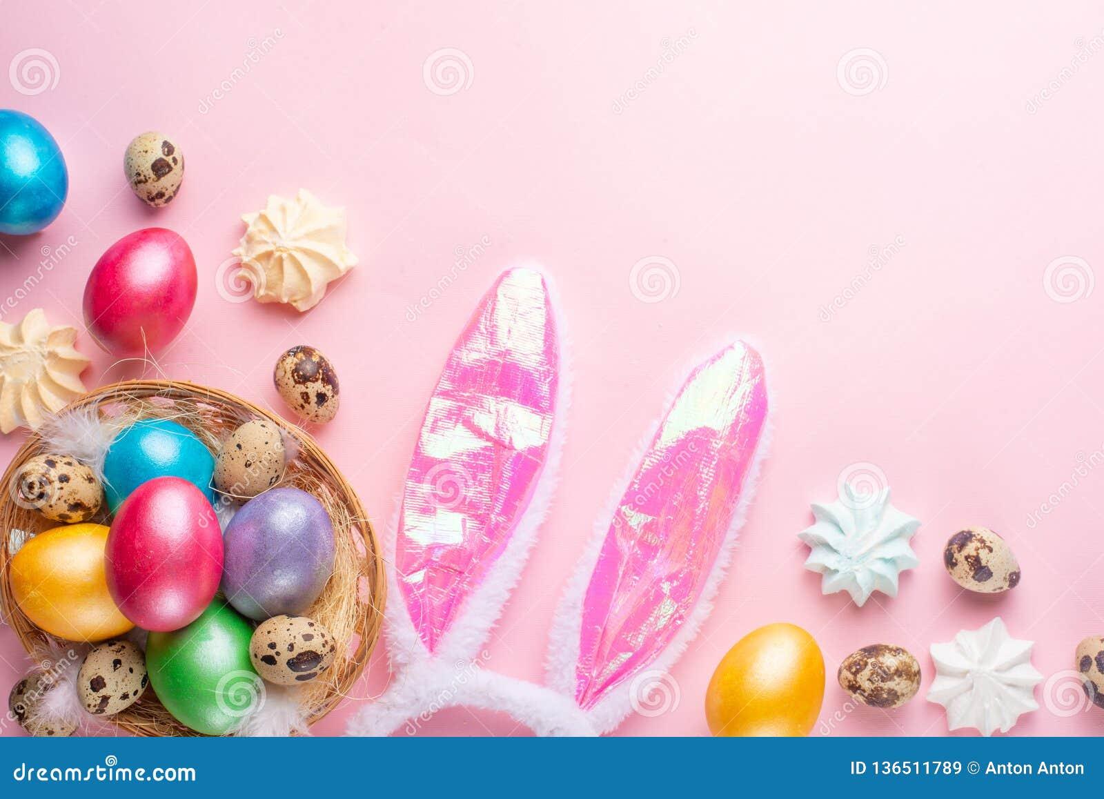 Paaseieren met konijnoren en snoepjes dat worden gekleurd vlak leg met ruimte voor ontwerp, horizontale samenstelling Het concept