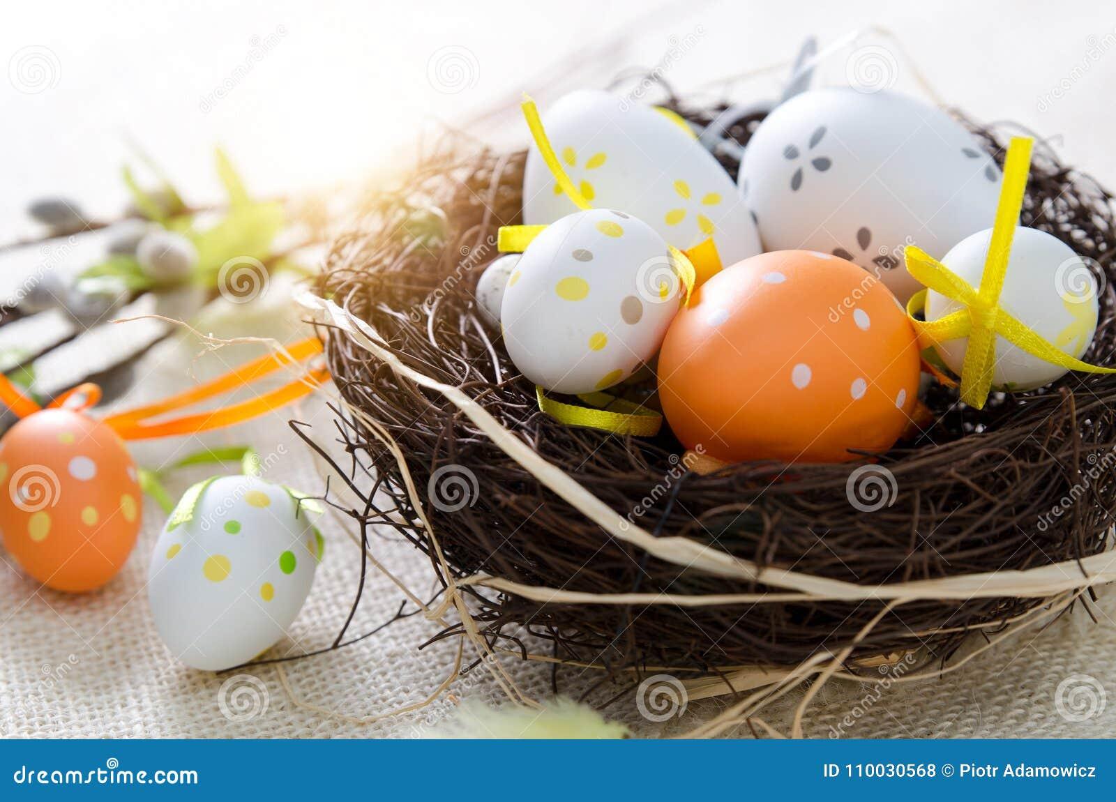 Paaseierendecoratie, eieren in het nest