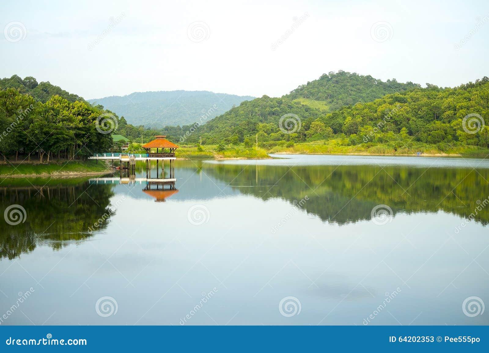 Pabellón por el río