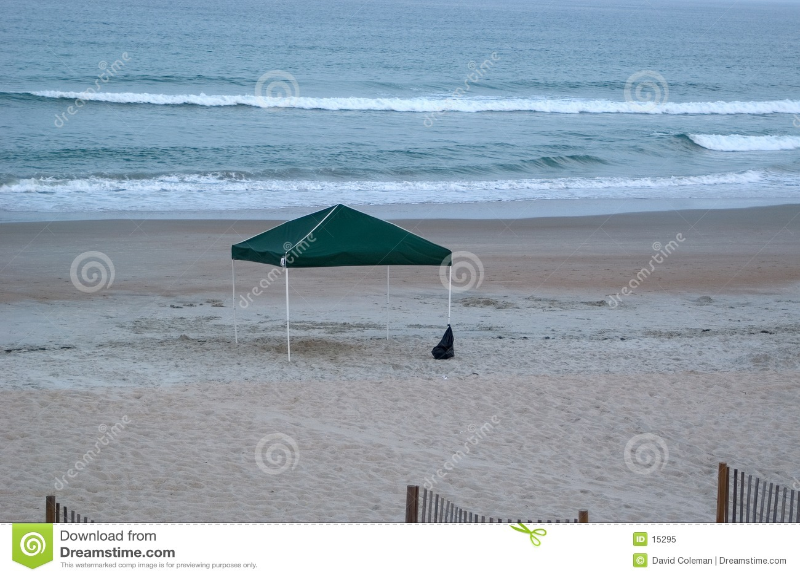 Pabellón vacío en la playa