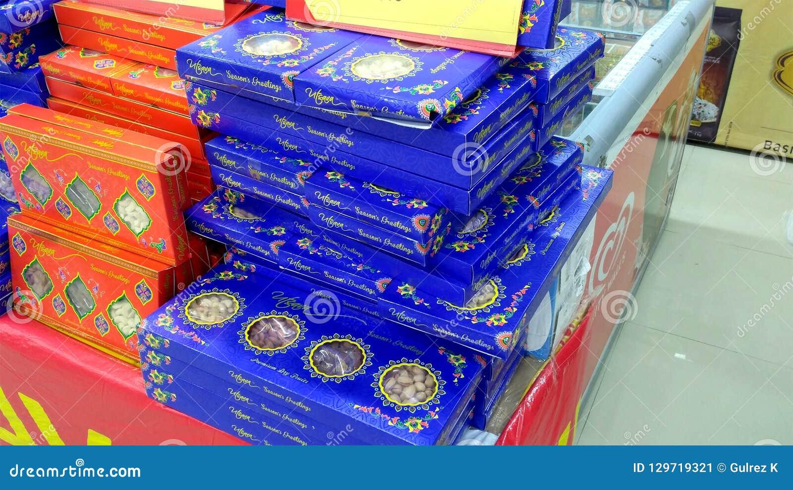 Pacchetti dei dolci di Diwali nel supermercato