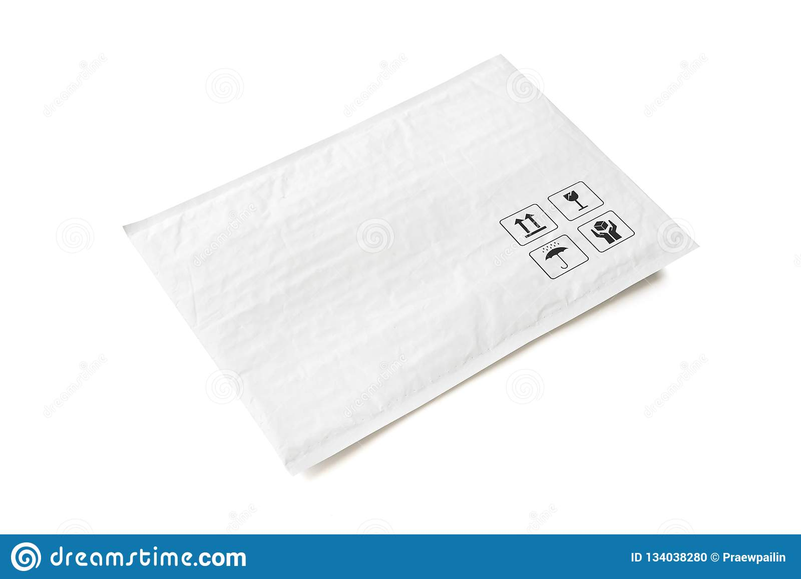 Pacco postale bianco Pacchetto di plastica con il segno ed il simbolo fragili di cura Oggetto isolato su fondo bianco