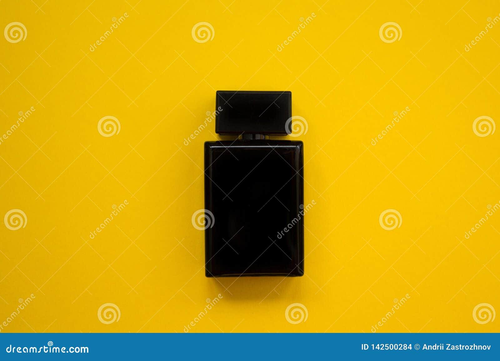 Pachnidło w pięknej czarnej butelce na żółtym tle, płaski wizerunek
