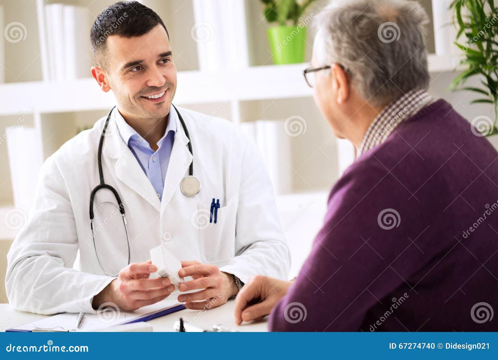 Paciente asesor del doctor con las drogas de la medicina